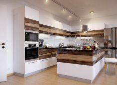 Ahşap çizgi desenli beyaz açık mutfak