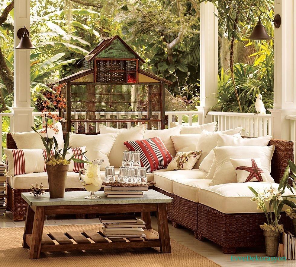 Beyaz dış mekan mobilyası