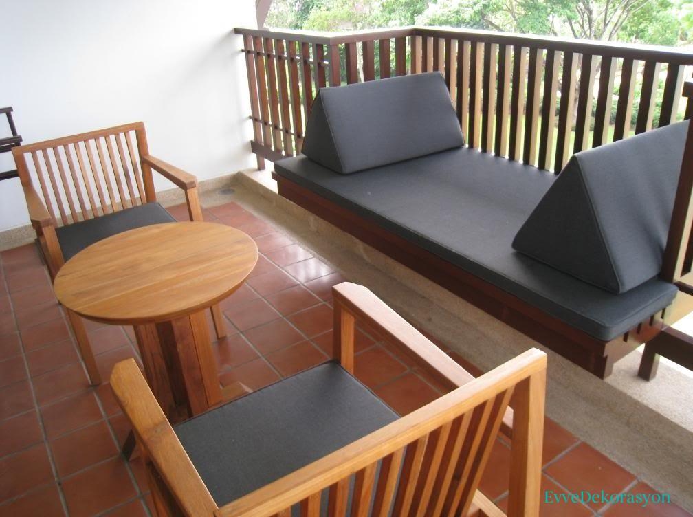 Gri balkon mobilyası