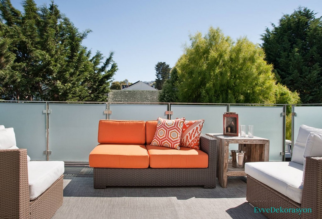 Açık renk balkon koltukları