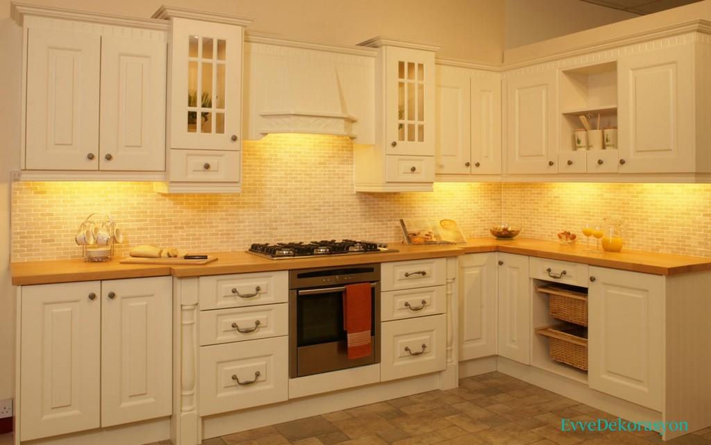 Ahşap Desenli Beyaz Bir Mutfak