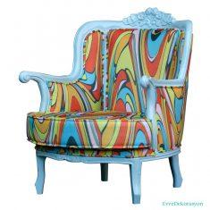 Mavi Ve Farklı Renklerin Karışımı Olan Berjer Koltuk Modeli