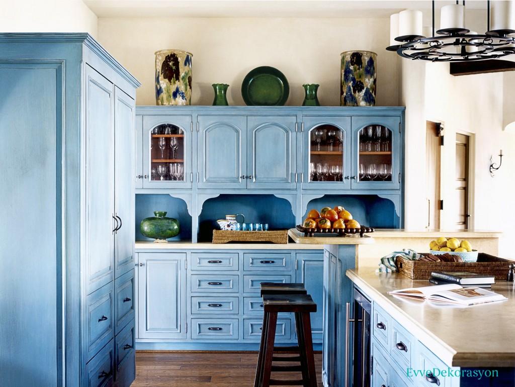 Eskitme mavi mutfak dolabı