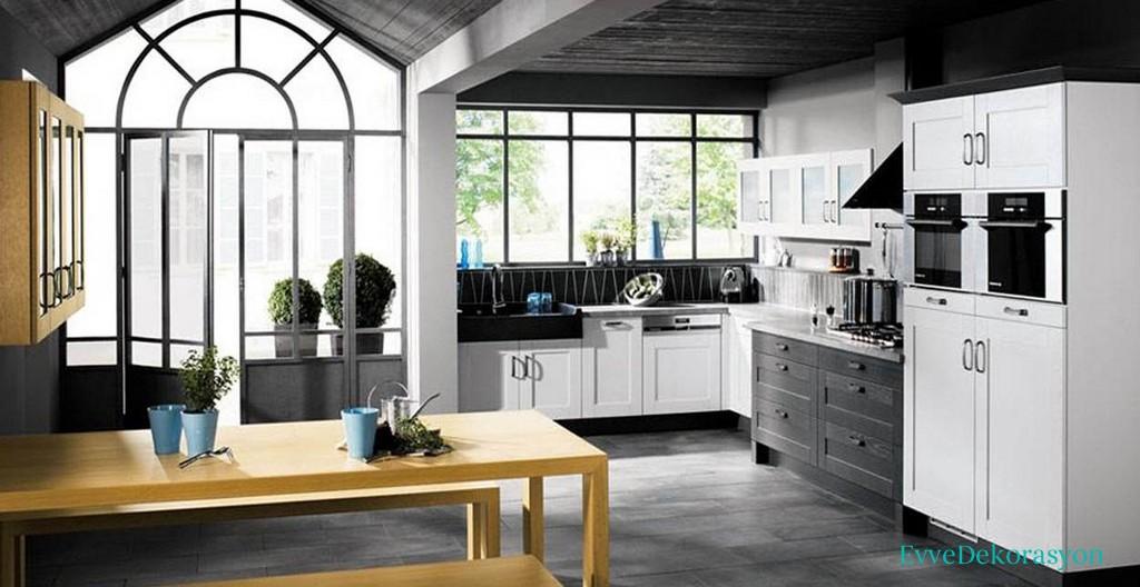 Büyük Pencereler Ve siyah Beyaz Mutfak Modelleri