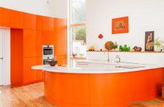Turuncu Renk Mutfak Dolabı Ve Beyaz Tezgah
