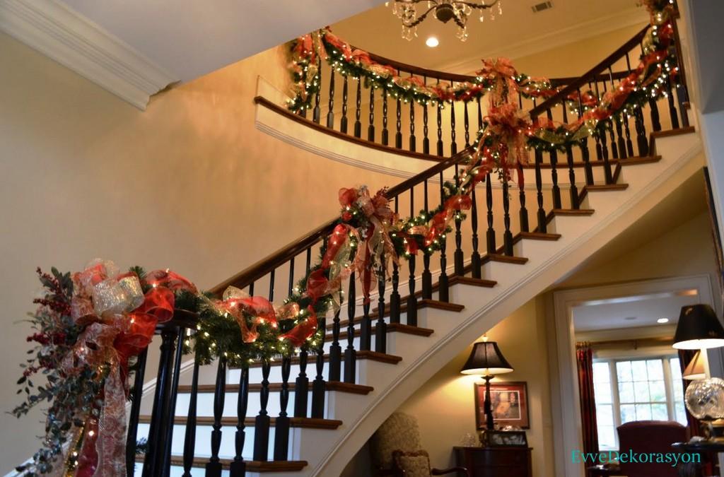 Yılbaşına ait merdiven süslemeleri