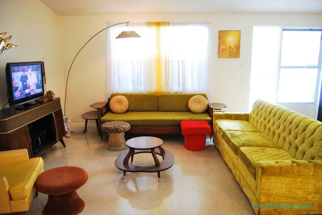 Renkli Retro mobilyalar boş zemin üzerinde