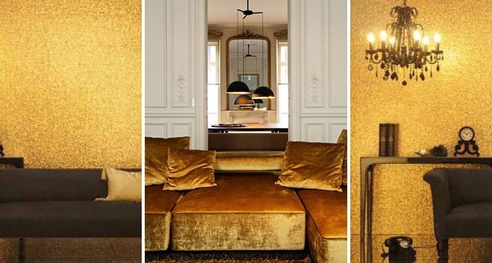 Altın rengi duvar kağıdı ve koltuk