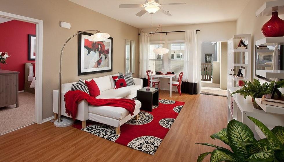 Modern kırmızı salon dekorasyonu