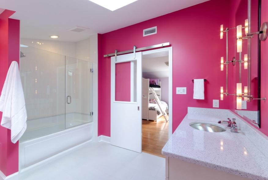 Pembe beyaz banyo