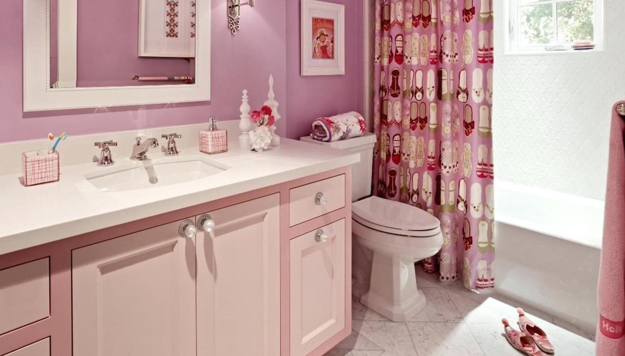 Pembe renk küçük banyo dekorasyonu