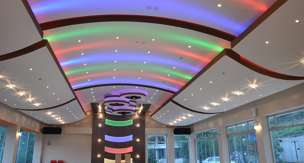 Renkli ışıklı asma tavan